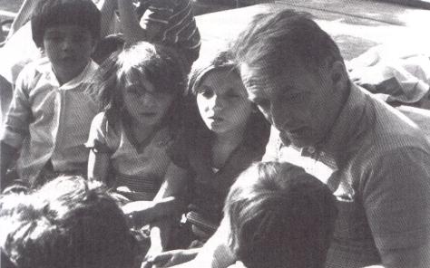 Gianni-Rodari-con-alcuni-bambini
